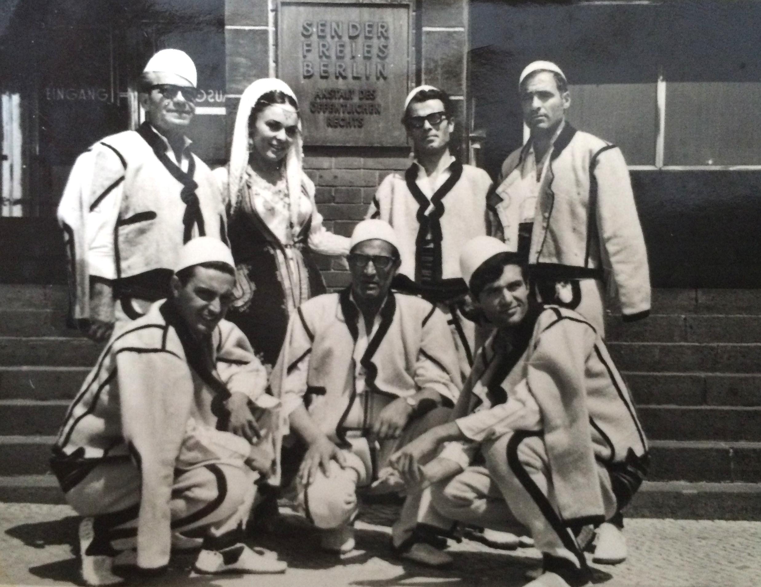 Orkestra-popullore-e-RTP-së-Festivali-Ndërkombëtar-Berlin-1969.-Majtas-lartë-Kolë-Bala-Nexhmije-Pagarusha-Zef-Tupeci-Shaqir-Hoti.-Poshtë-majtas-Velko-Vojnovic-Jasko-Makic-Isak-Muqolli
